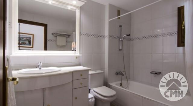 Xloc B - Badezimmer mit Wanne