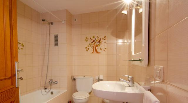 Toni 3 - Bathoom with Sink