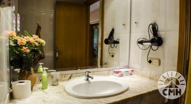 Villa Floriana - Bad im Untergeschoss mit Waschbecken