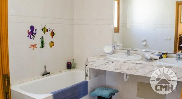 Villa Floriana - Bath Upstairs