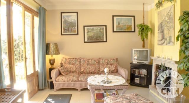 Villa Floriana - Wohnzimmer mit TV und Kamin